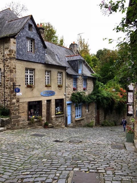 A gallery along Rue du Petit Fort in Dinan, France